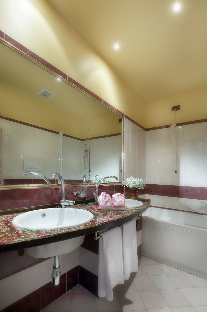 deluxe-triple-room-bathroom